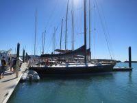 Australien: Segelschiff Silent Night im Hafen von Airley Beach