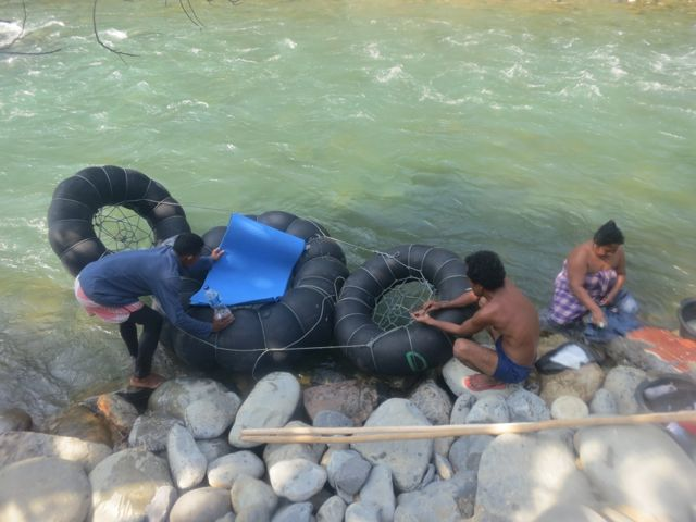 Bukit Lawang: Rafting im LKW-Reifen