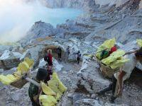 Arbeiter auf dem Weg aus dem Krater des Ijen