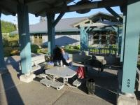 USA: Vor der Bibliothek in Wrangell, Alaska